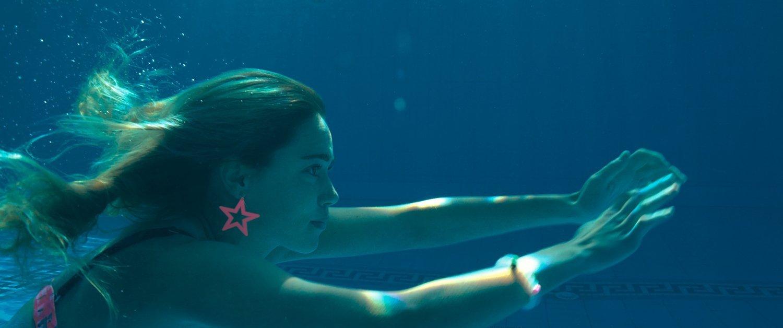 Revenge - Jen dreht ihre Runden im Pool, ohne zu wissen, welcher Horror auf sie zukommt.